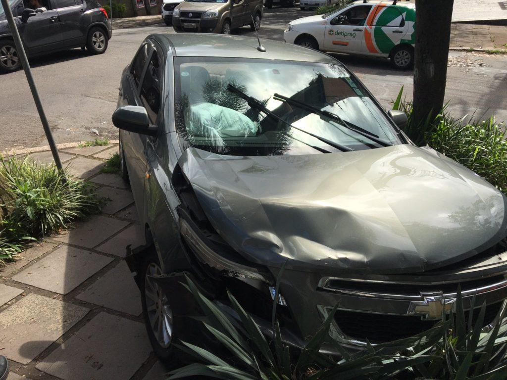 Acidente entre dois carros bloqueia calçada na Rua Anita Garibaldi - Mobilidade Porto Alegre
