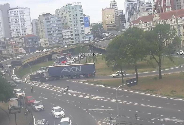 Carreta no Túnel da Conceição