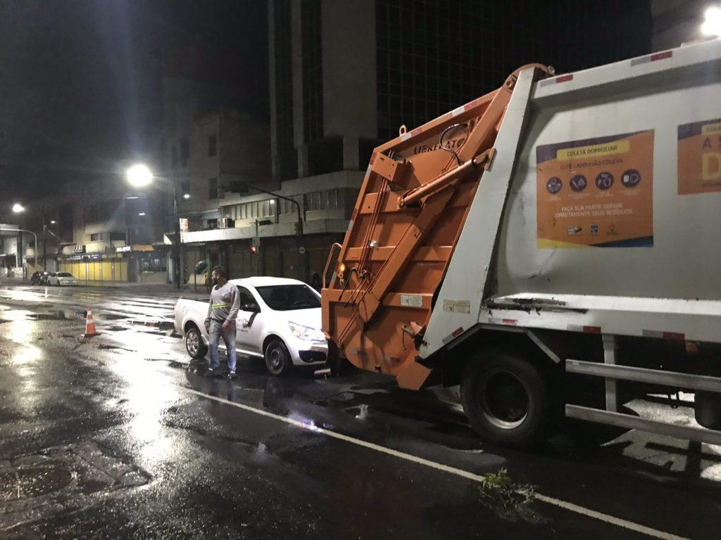 Ônibus caminhão de lixo Avenida Júlio de Castilhos