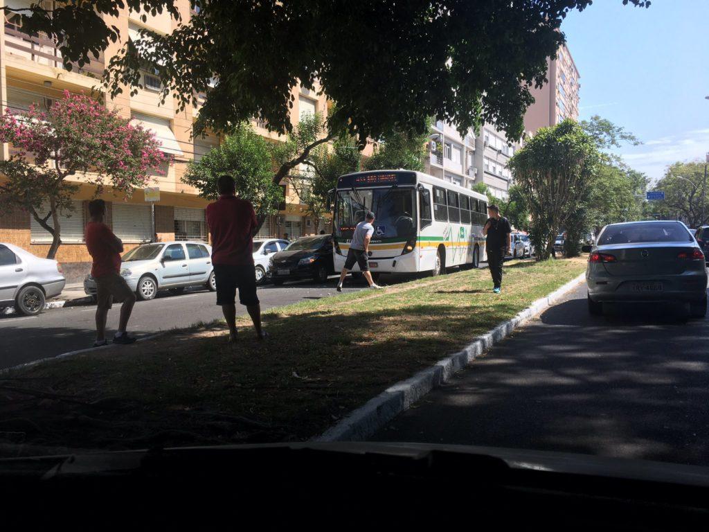 Porta do carro ônibus Rua Ramiro Barcelos