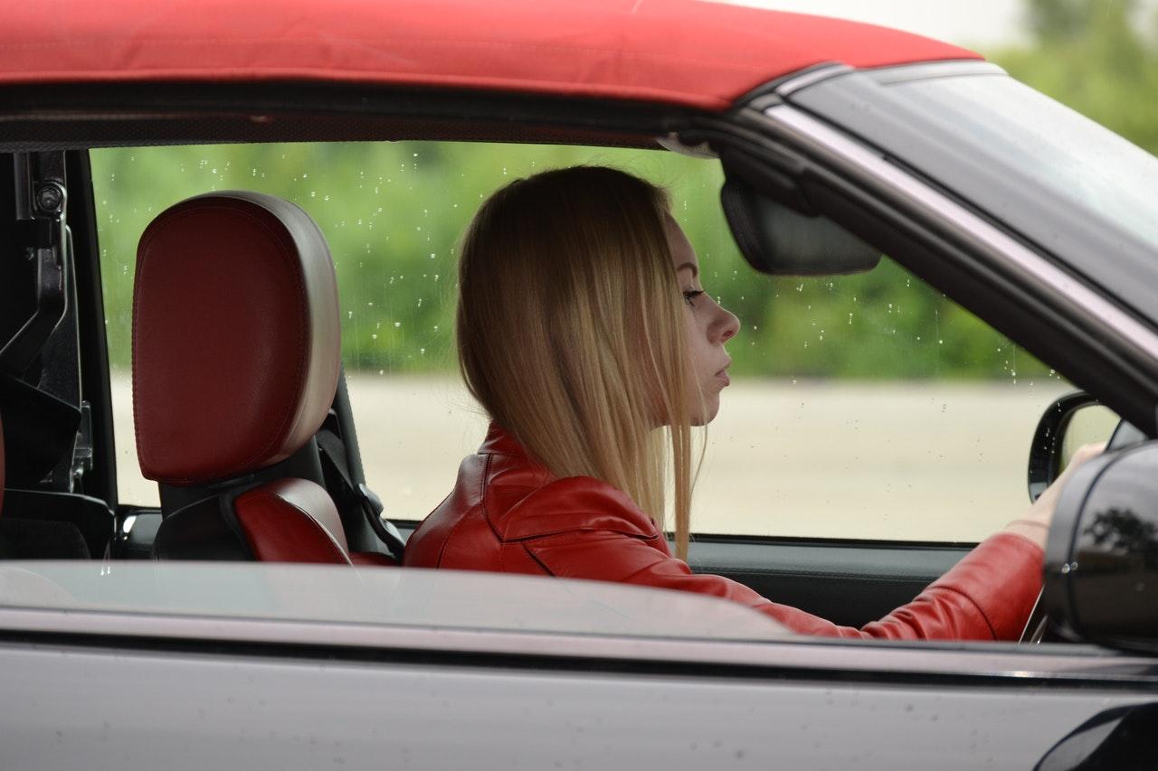 Motorista dirigindo